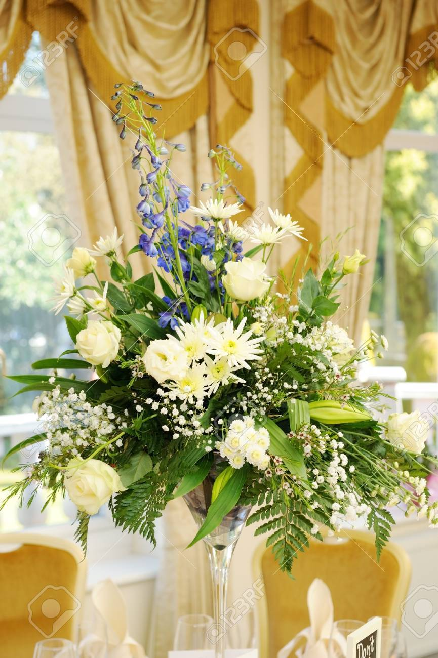 Arreglo Floral Decora La Mesa En La Recepción De La Boda