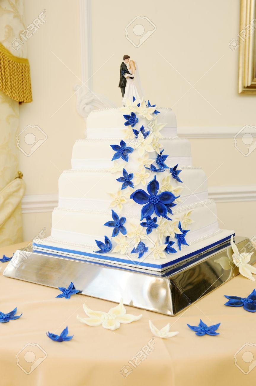 Gâteau De Mariage Gros Plan Bleu Et Blanc Avec La Jeune Mariée Et Le Marié Sur Le Dessus