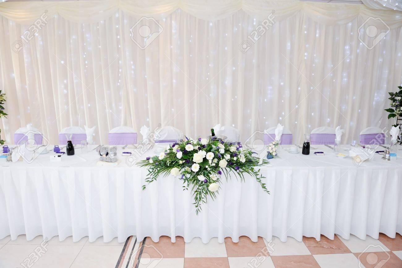Weiss Und Lila Blumen Schmucken Tabelle Auf Hochzeitsfeier