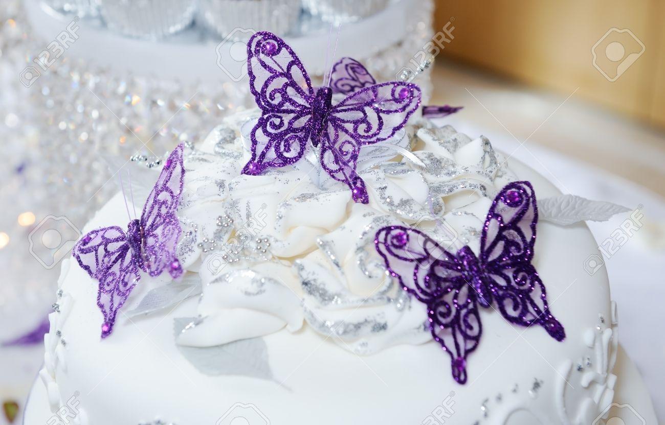Weiss Hochzeitstorte Mit Lila Schmetterling Dekoration Lizenzfreie