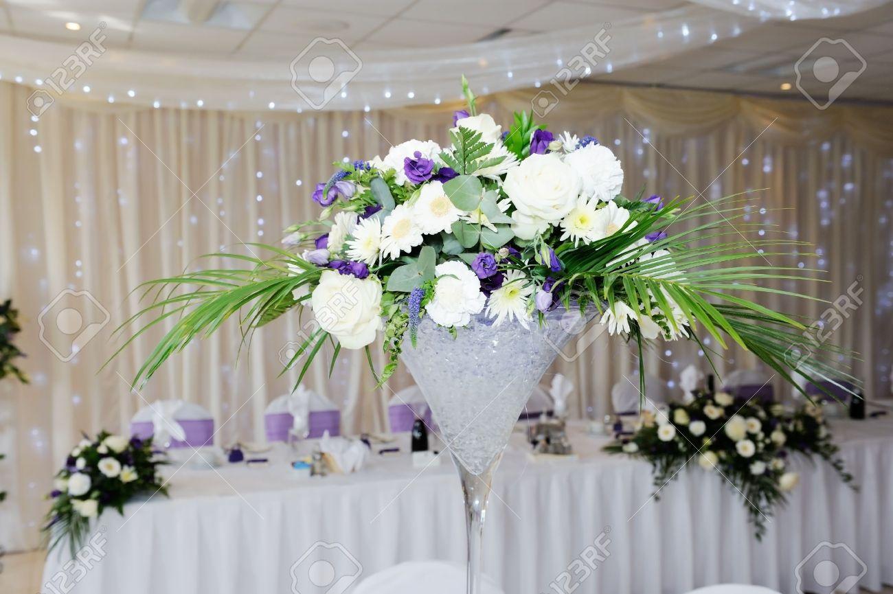 Weisser Und Violetter Blumen Schmucken Tabelle Auf Hochzeitsfeier
