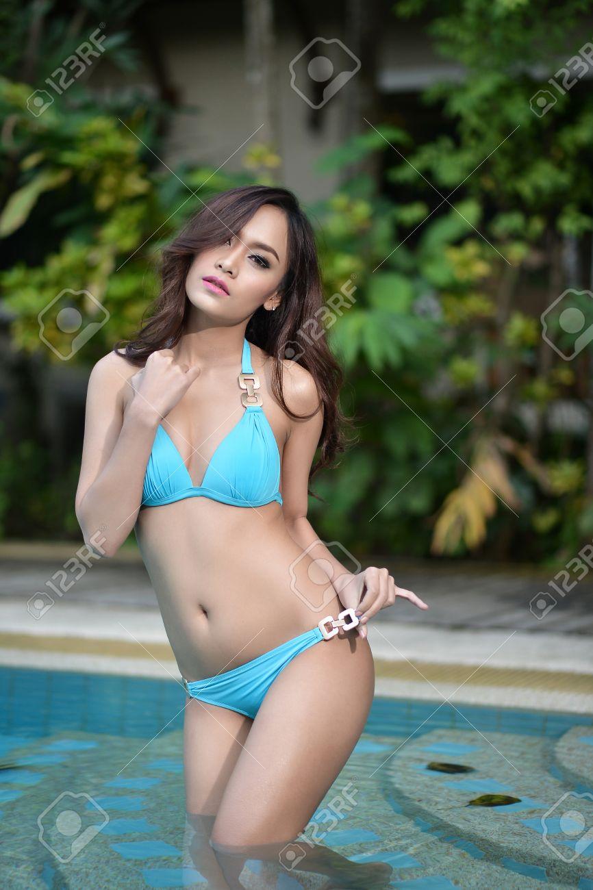 Azul Piscina En Chica Sexy La Bikini TlK1JFc3