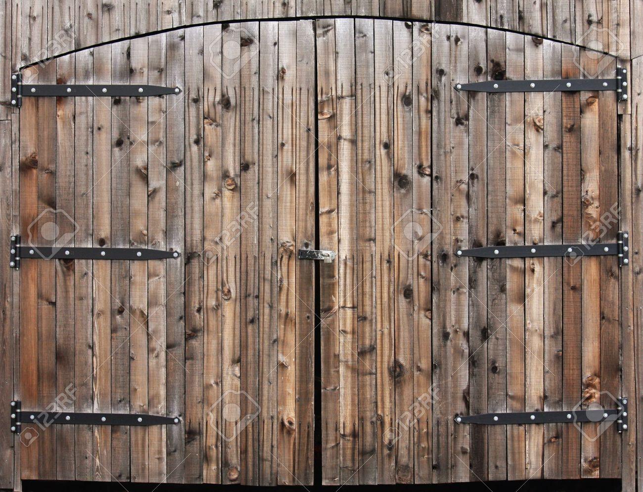 par de grandes puertas de arcos de madera con bisagras antigua foto de archivo