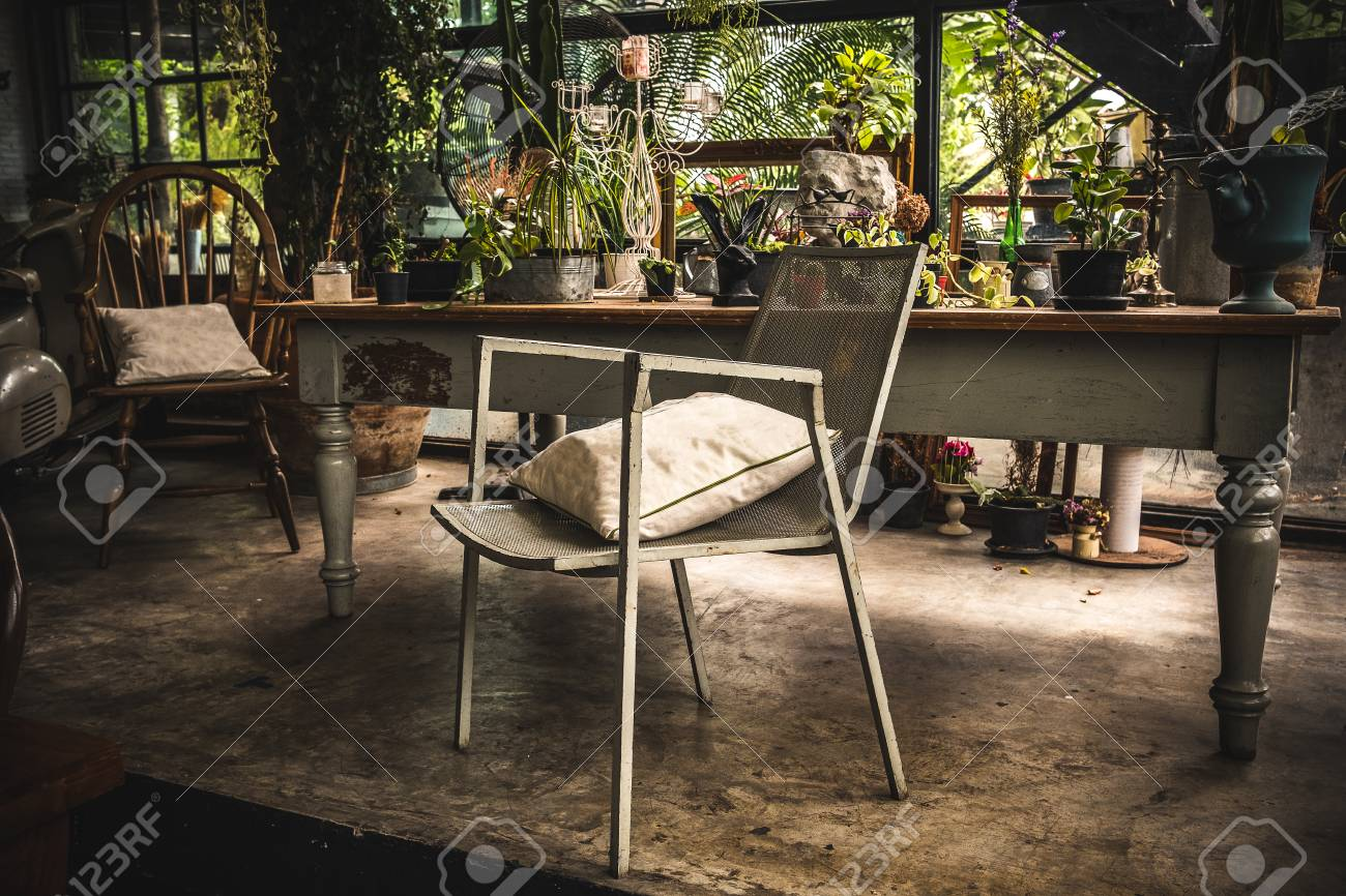 Chaise dans le salon de jardin, effet de filtre rétro vintage.