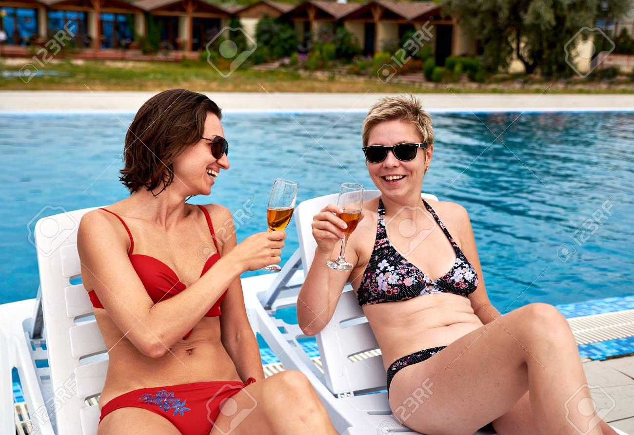 Dos Piscina Bikini Bebiendo Guapas La Chicas En Champaña 0OXN8wnPk