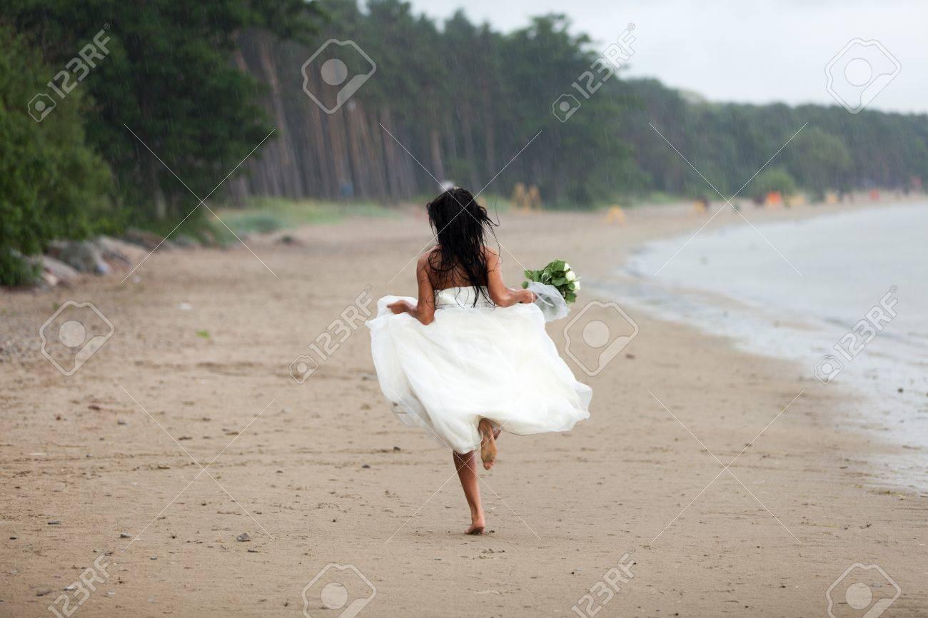 Runaway bride in the rain Stock Photo - 14721934