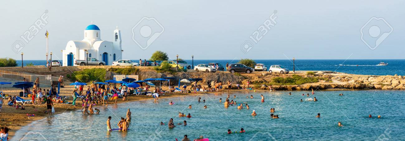 PARALIMNI, CYPRUS - 17 AUGUST 2014: Crowded beach with tourists Standard-Bild - 31649711