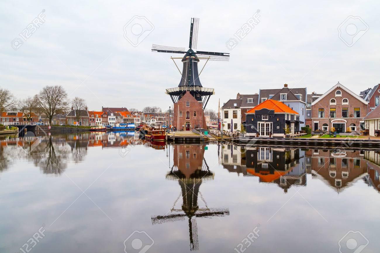 美しい風景、風車、伝統的な家、...