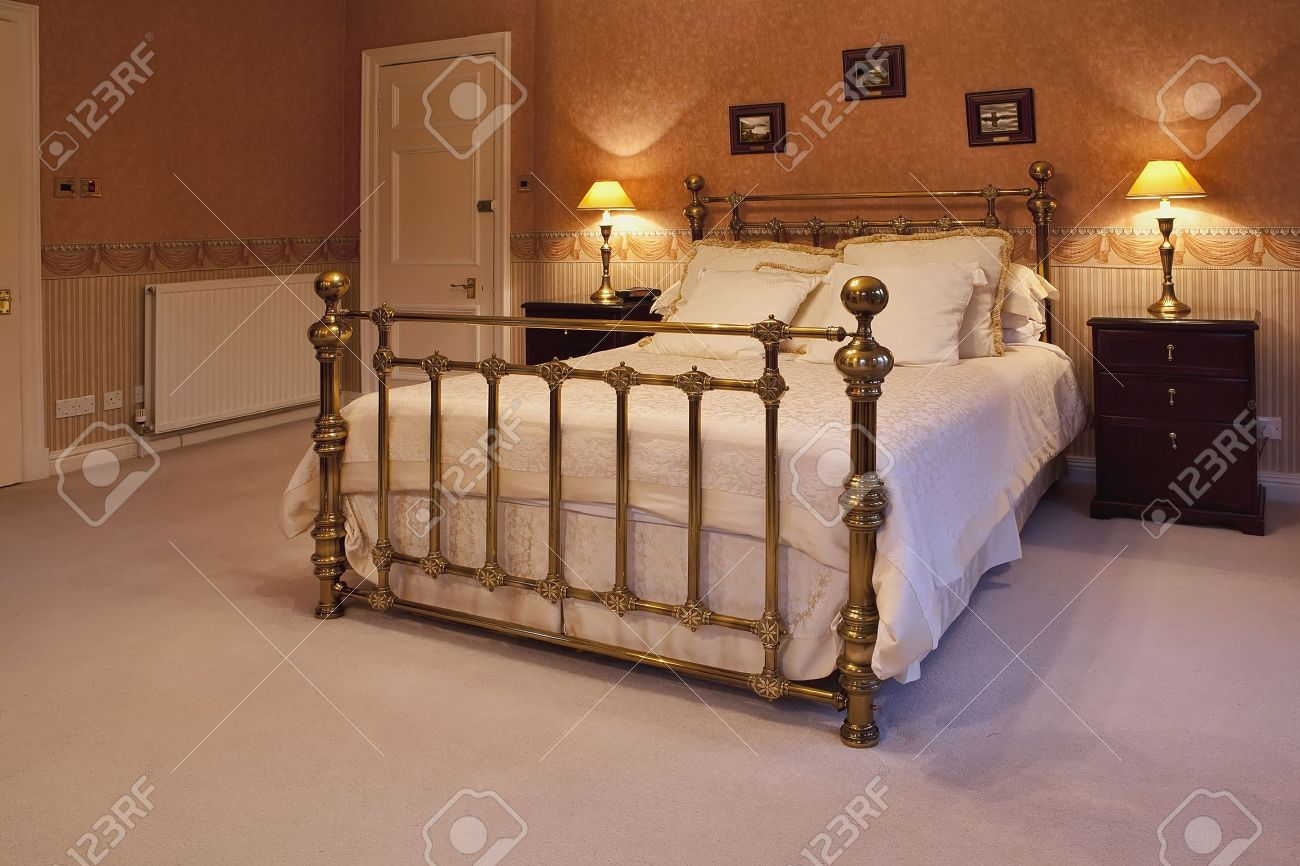 Great king size bed in a luxurious bedroom Stock Photo - 8405599