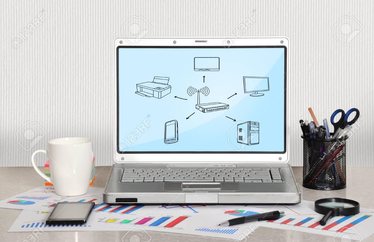 Rete Di Computer Schema Sul Computer Portatile Schermo In Ufficio ...