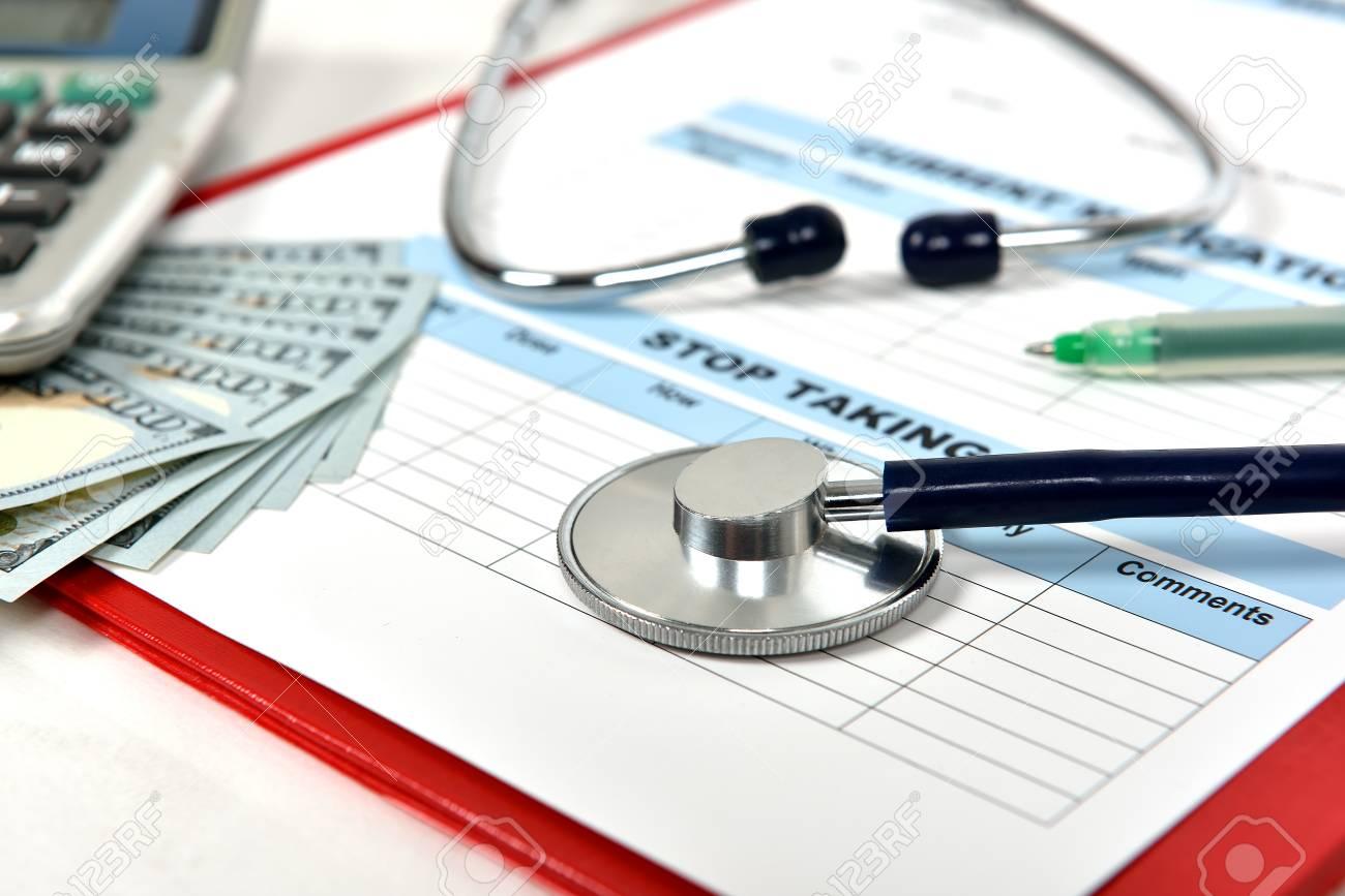medical history form und ein ärztliches stethoskop lizenzfreie fotos