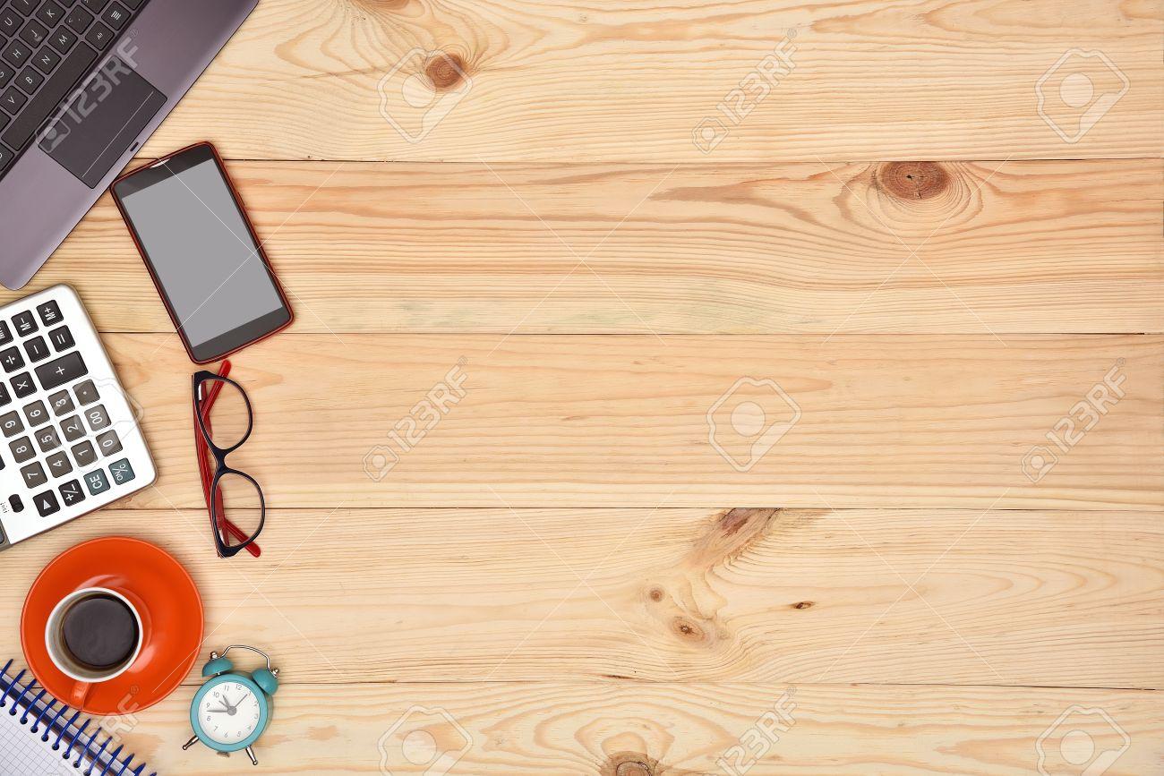 Laptop Und Material Buro Desktop Auf Holz Schreibtisch Ansicht Von Oben Lizenzfreie Fotos Bilder Und Stock Fotografie Image 60941942