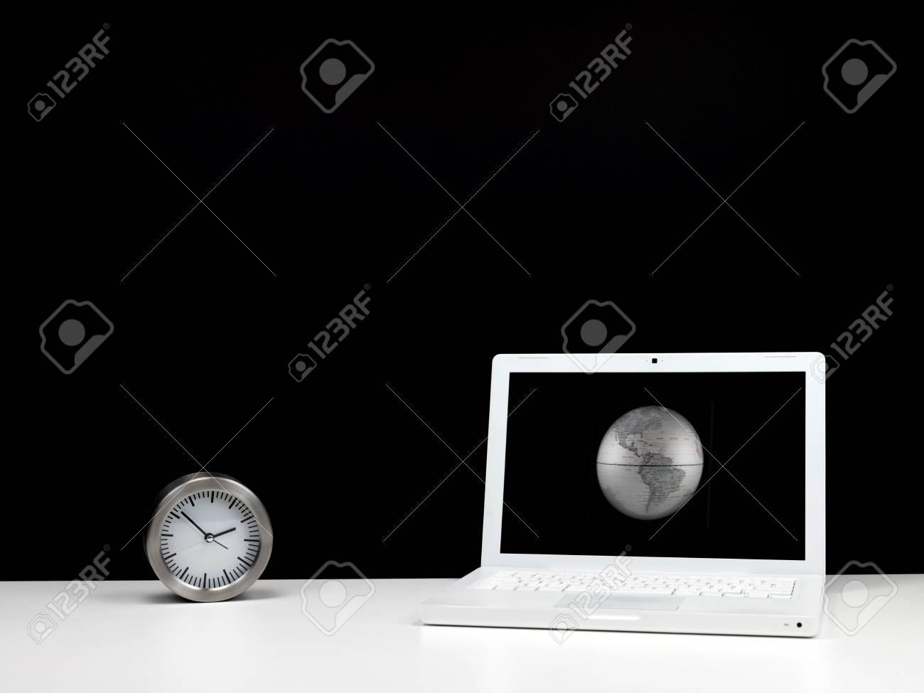 Ufficio Del Lavoro In Nero : Una scrivania in ufficio contemporaneo sul posto di lavoro con uno