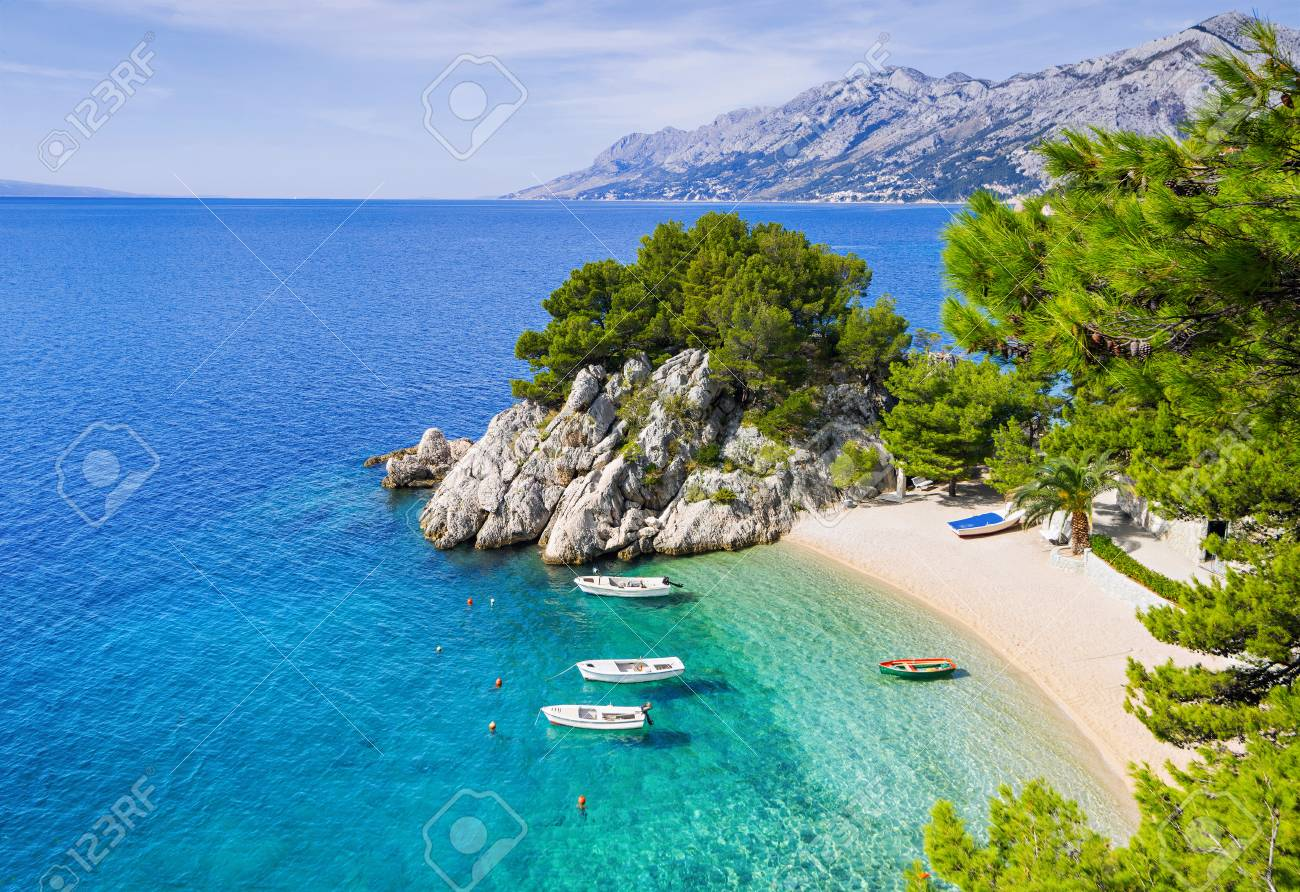 Beautiful beach near Brela town, Dalmatia, Croatia. Makarska riviera, famous landmark and travel touristic destination in Europe - 118934399