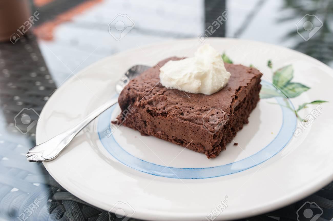 Brownie Kuchen Und Wipcream Lizenzfreie Fotos Bilder Und Stock
