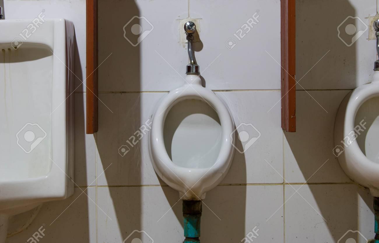 Salle De Bain Urinoir ~ vieux c ramique urinoirs blancs dans la salle de bain de l homme