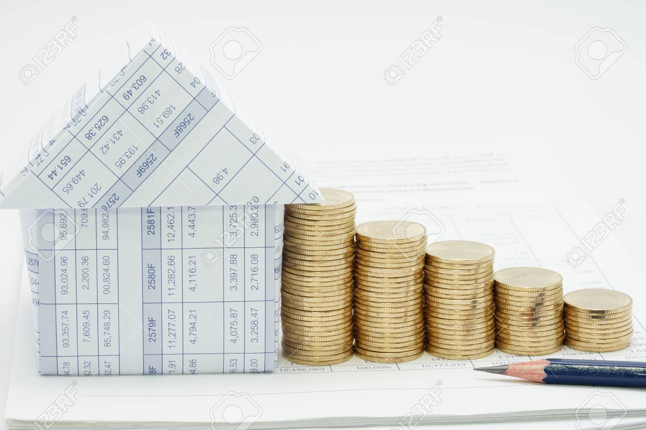 crayon et maison avec beaucoup de tas de pièces d'or sur le compte