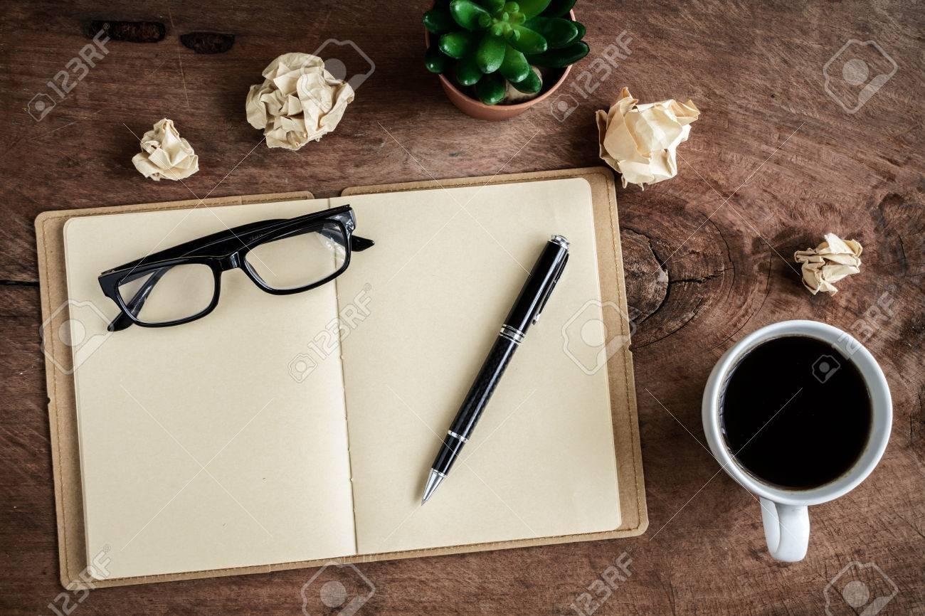Tasse de café avec ordinateur portable sur le vieux bureau en bois