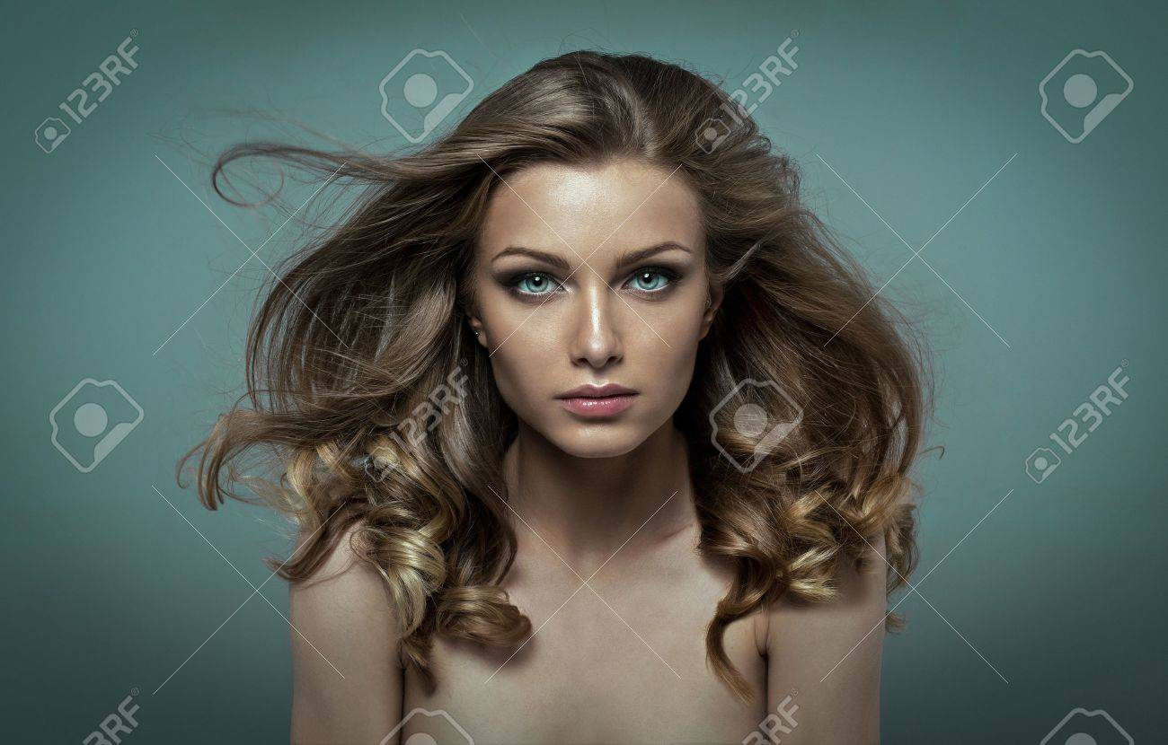 junge schà nheit mit perfekten make up und haare flattern im wind
