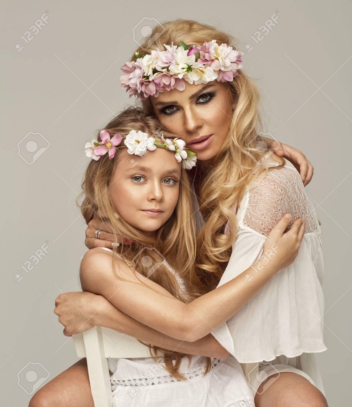 Hermosa Madre E Hija Abrazándose Unos A Otros Fotos Retratos