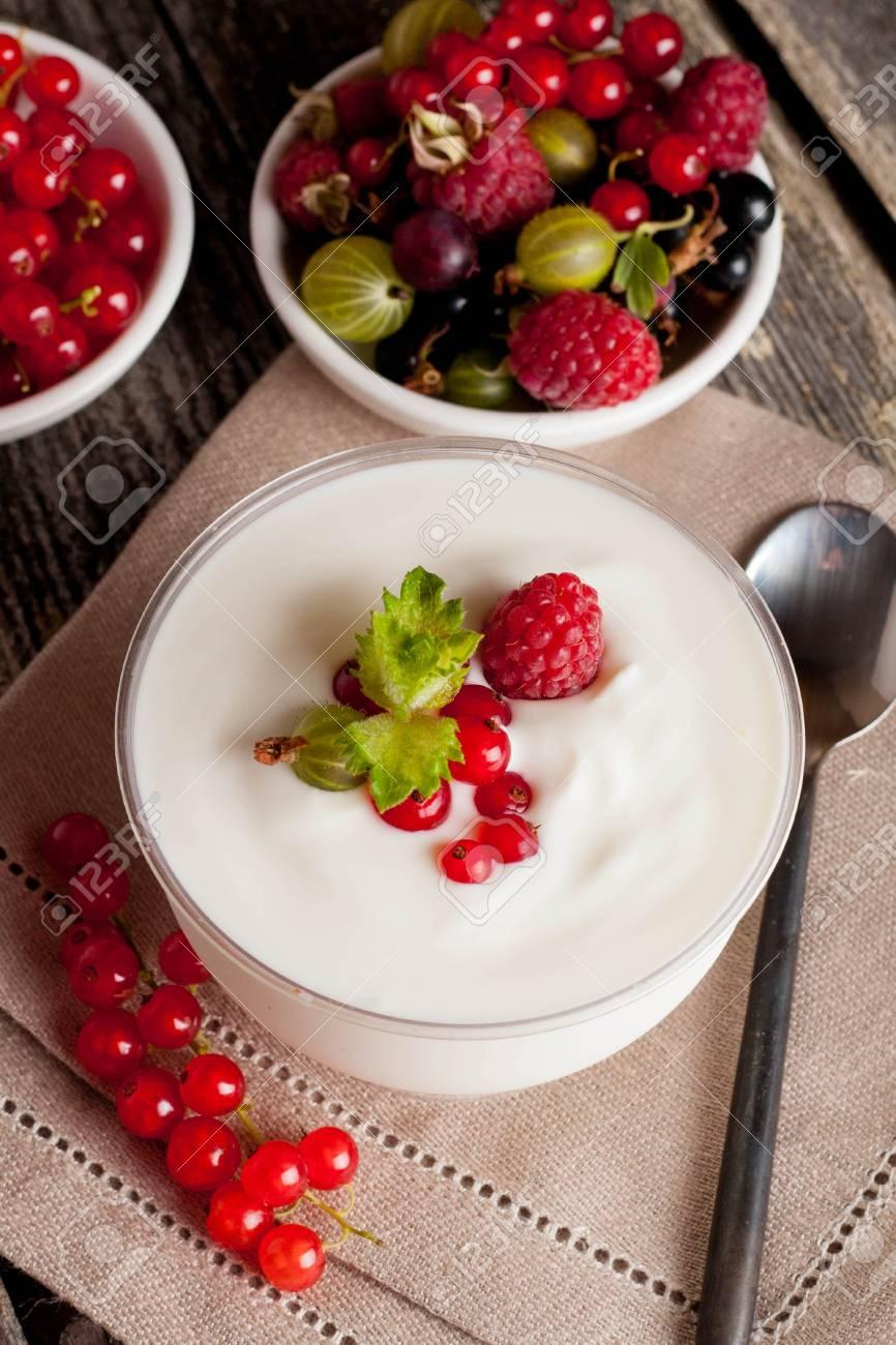 Diatnachtisch Mit Dem Joghurt Und Frischen Beeren Vertikal