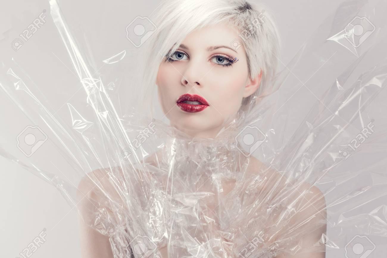 db172074a Joven y bella mujer o niña modelo en plástico. Maquillaje profesional.