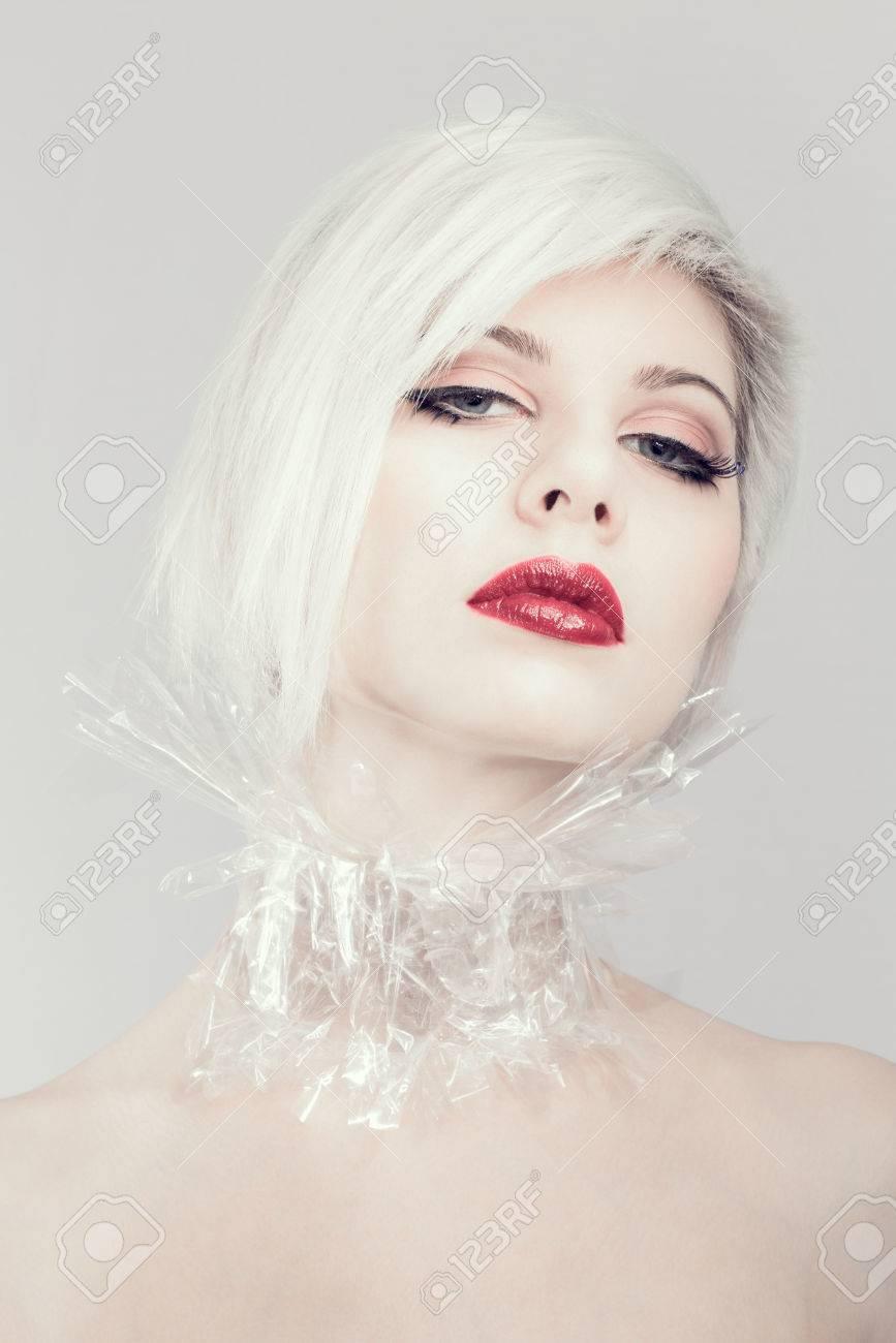 2c6f5f331 Modelo hermoso de la mujer o niña en plástico. Maquillaje profesional.