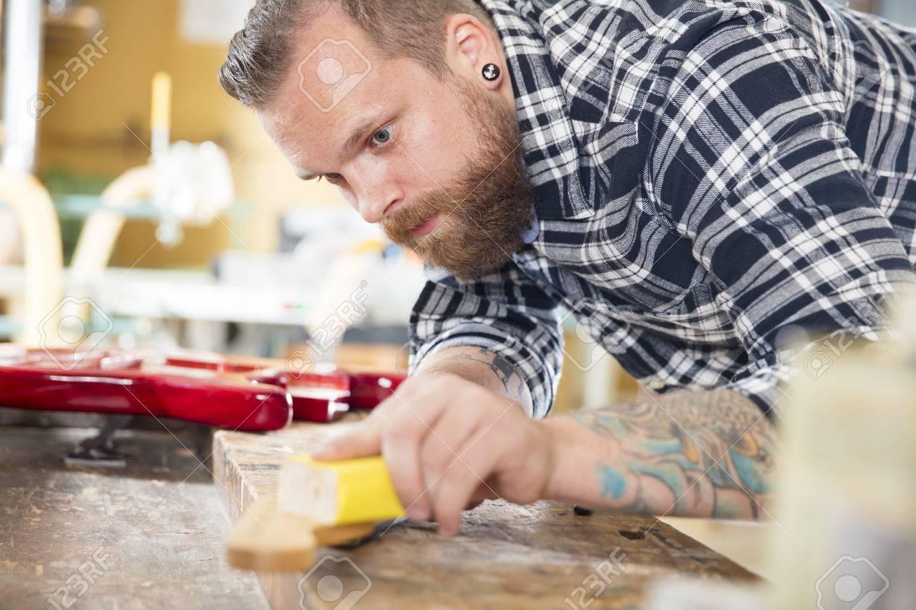 Craftsman Unter Verwendung Von Schleifpapier Auf Einem Gitarrenhals ...