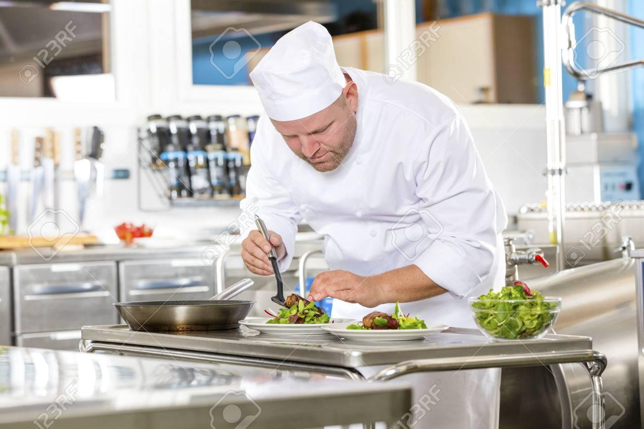 un cuisinier professionnel prépare plat de viande de b?uf dans une