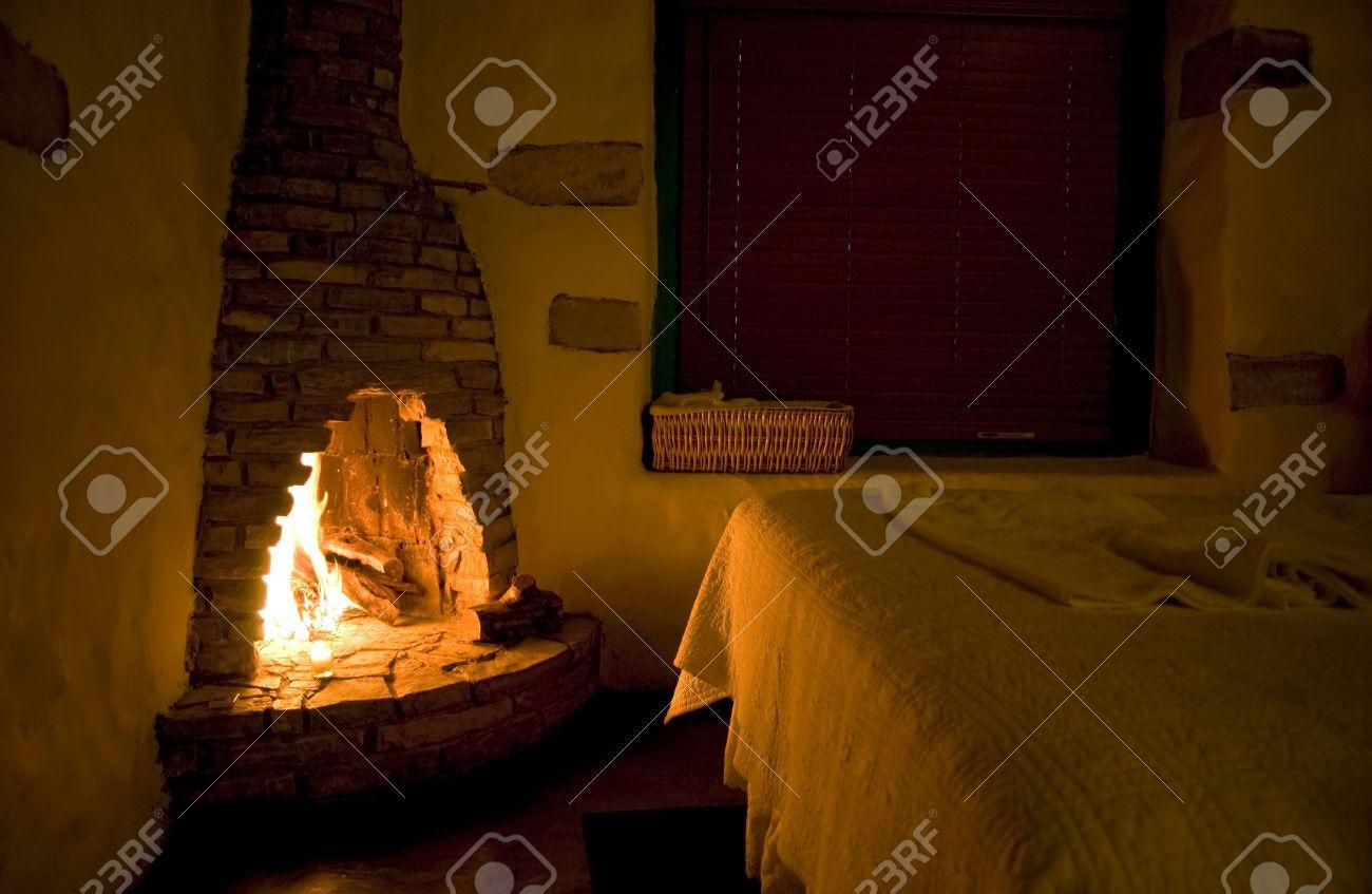Ausgehenden Wärme In Einem Kleinen Rustikalen Zimmer, Aus Dem Lodernden  Feuer In Einem Robusten Stein