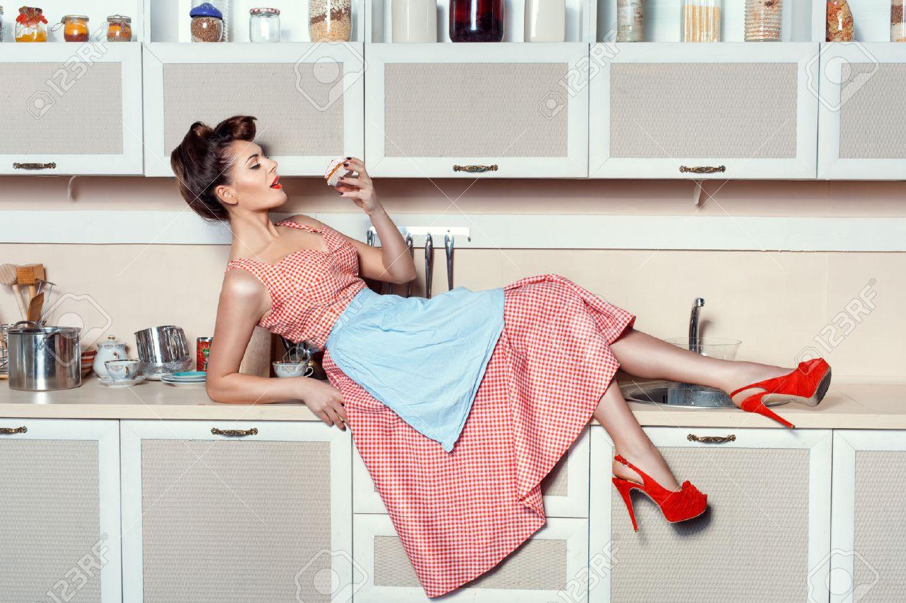 Femme était couchée sur la table de cuisine et flirter mange ...