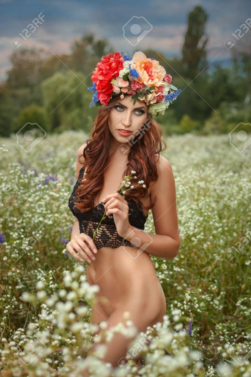 Girl looks great naked — img 12