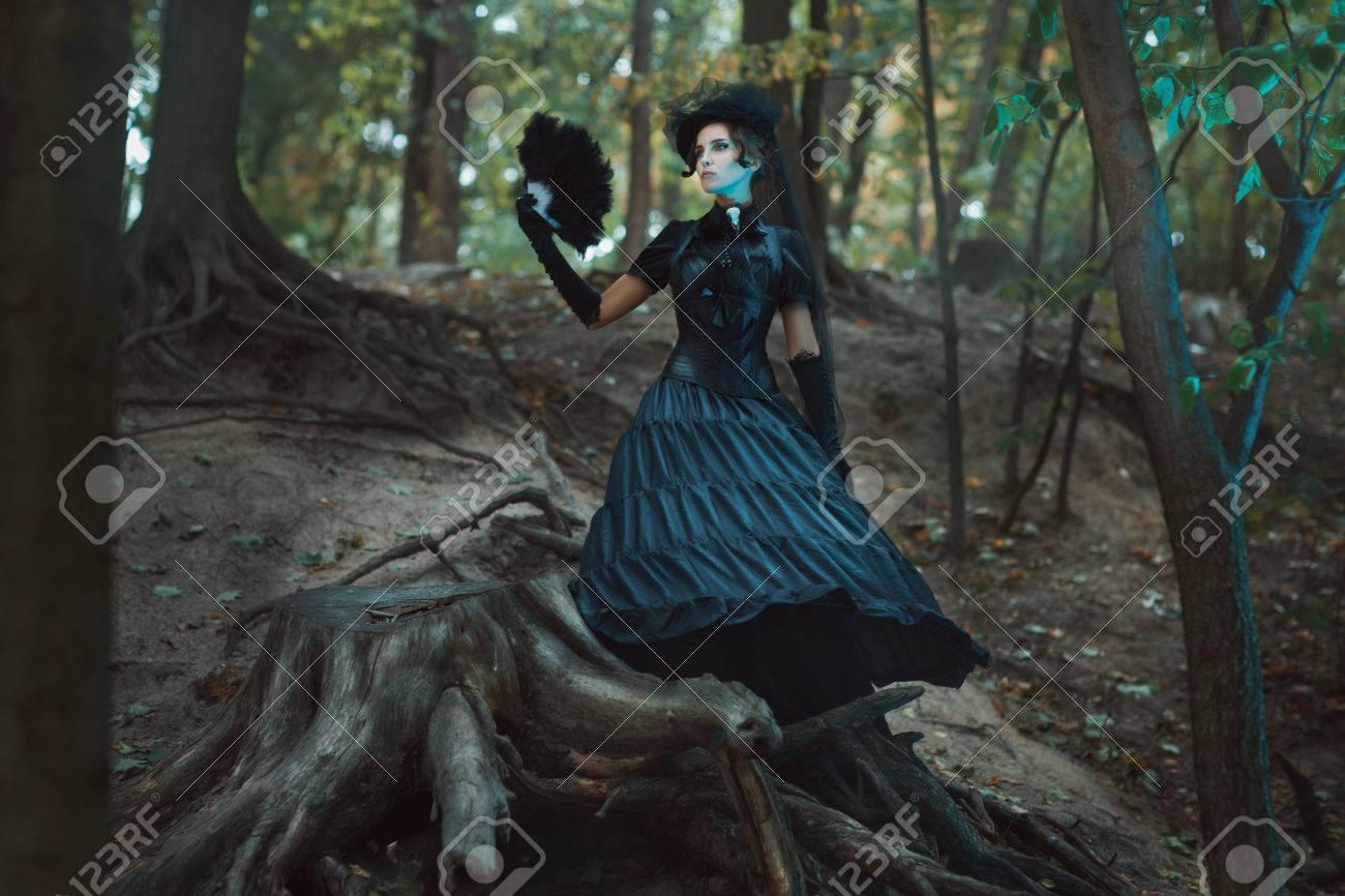 девушка на коряге в лесу смотреть онлайн