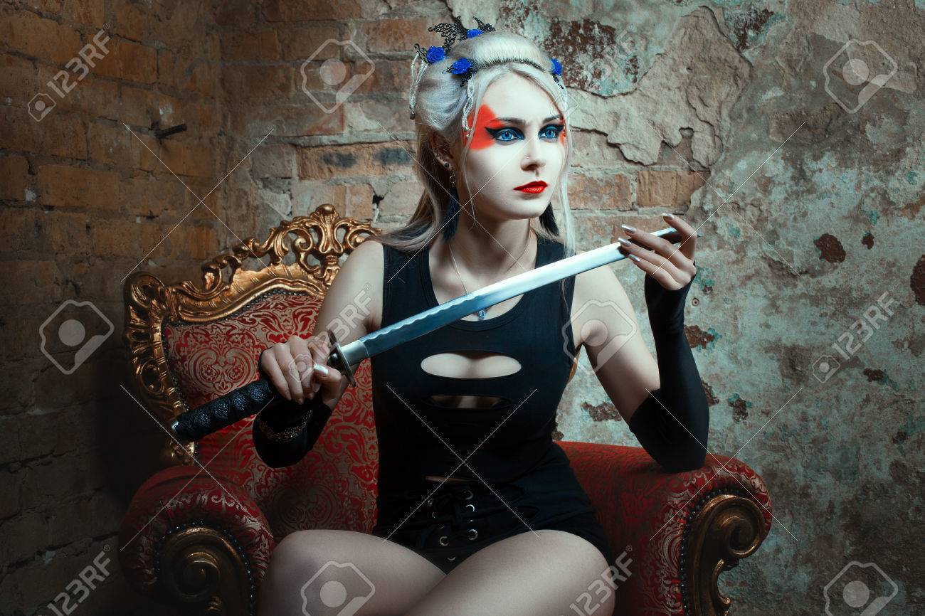 Femme Guerrière Tenant Une épée Dans Sa Main Sur Le Visage De