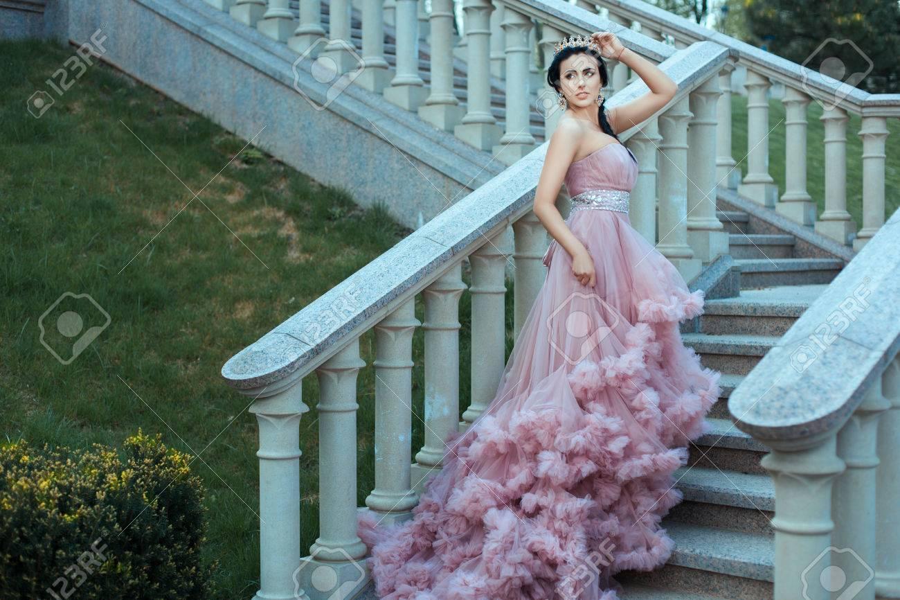 La Joven Reina Vestida Con Un Vestido De Color Rosa Delicado Está Caminando Por Las Escaleras Del Castillo