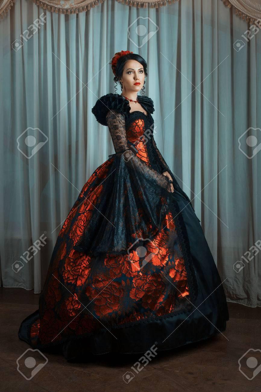 renaissance-stil - schöne junge frau im üppigen teures kleid. mode.  vintage-stil.