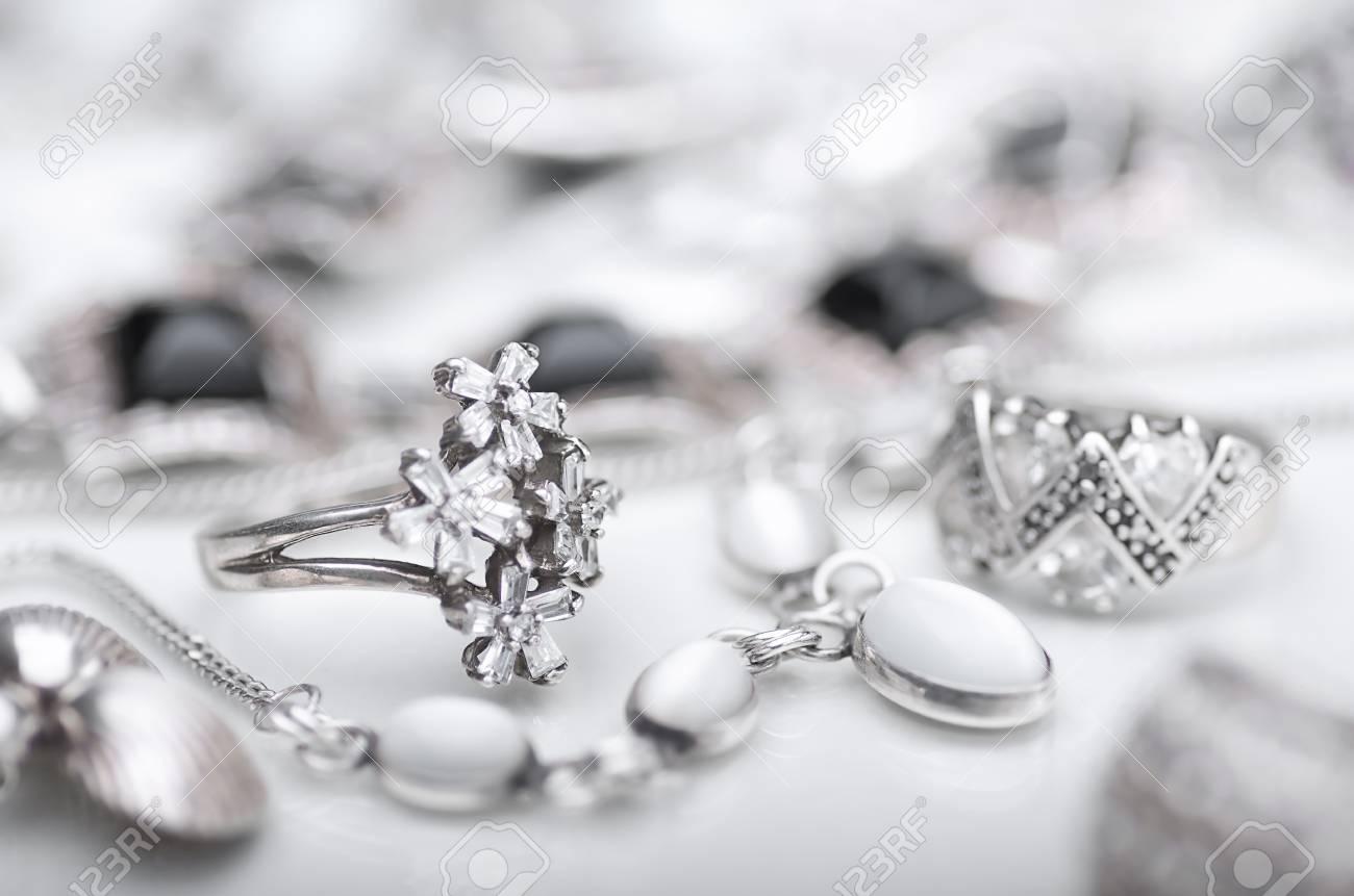 845fe590c20c Foto de archivo - Una colección de joyas de plata