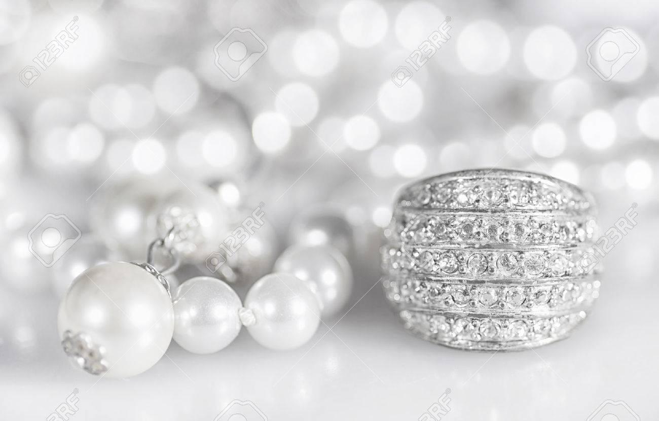 5d28f2c3244d Foto de archivo - Joyería de plata con perlas y diamantes.