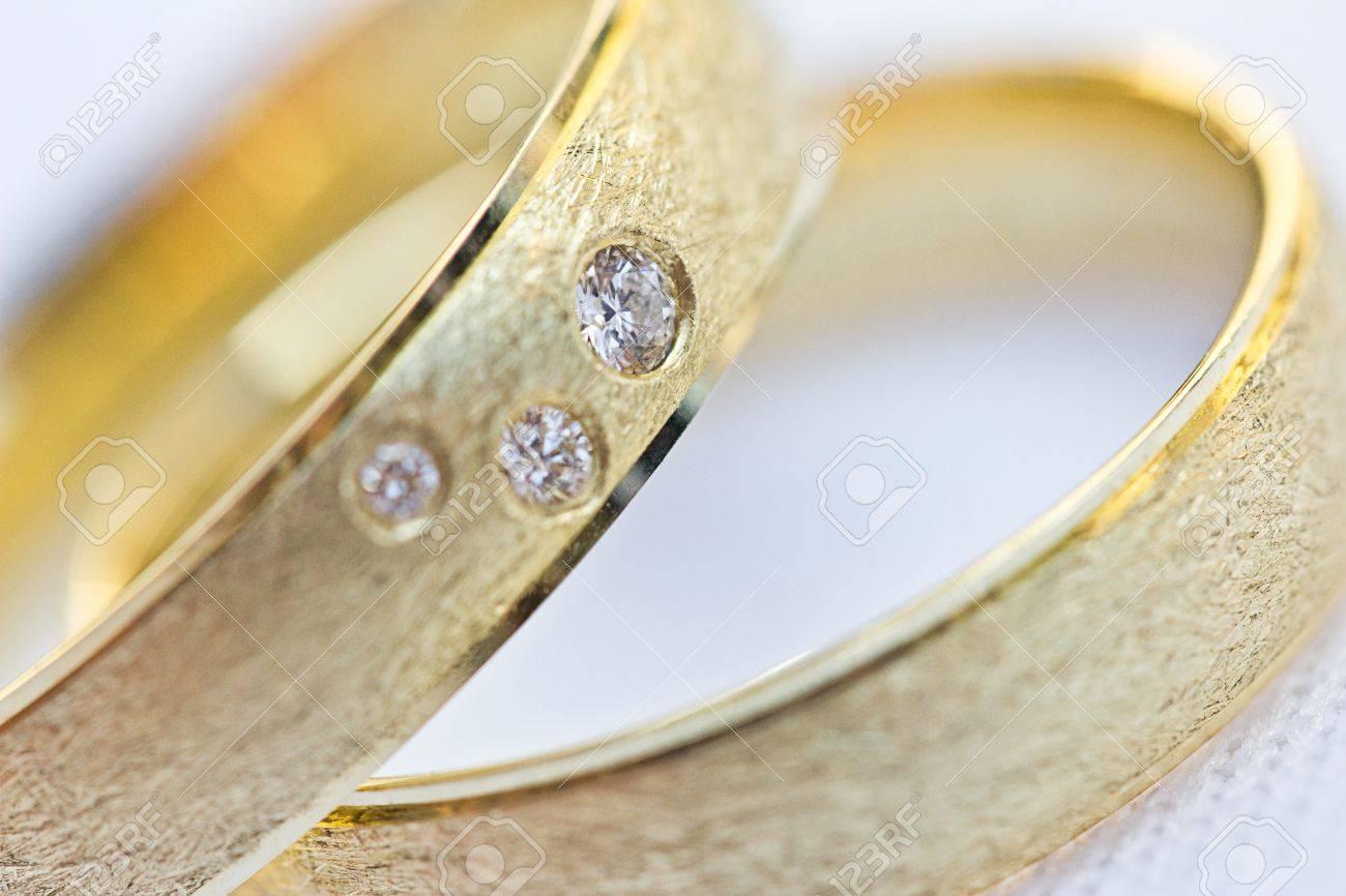 2 Goldene Hochzeitsringe Stock Photo Picture And Royalty Free Image