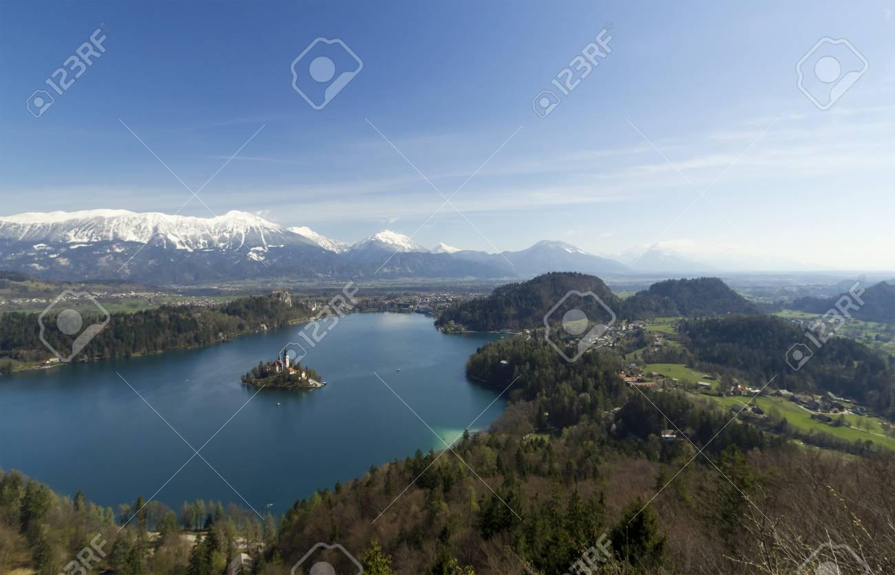 Immagine di bled lago e la chiesa prese da vista aerea il quadro