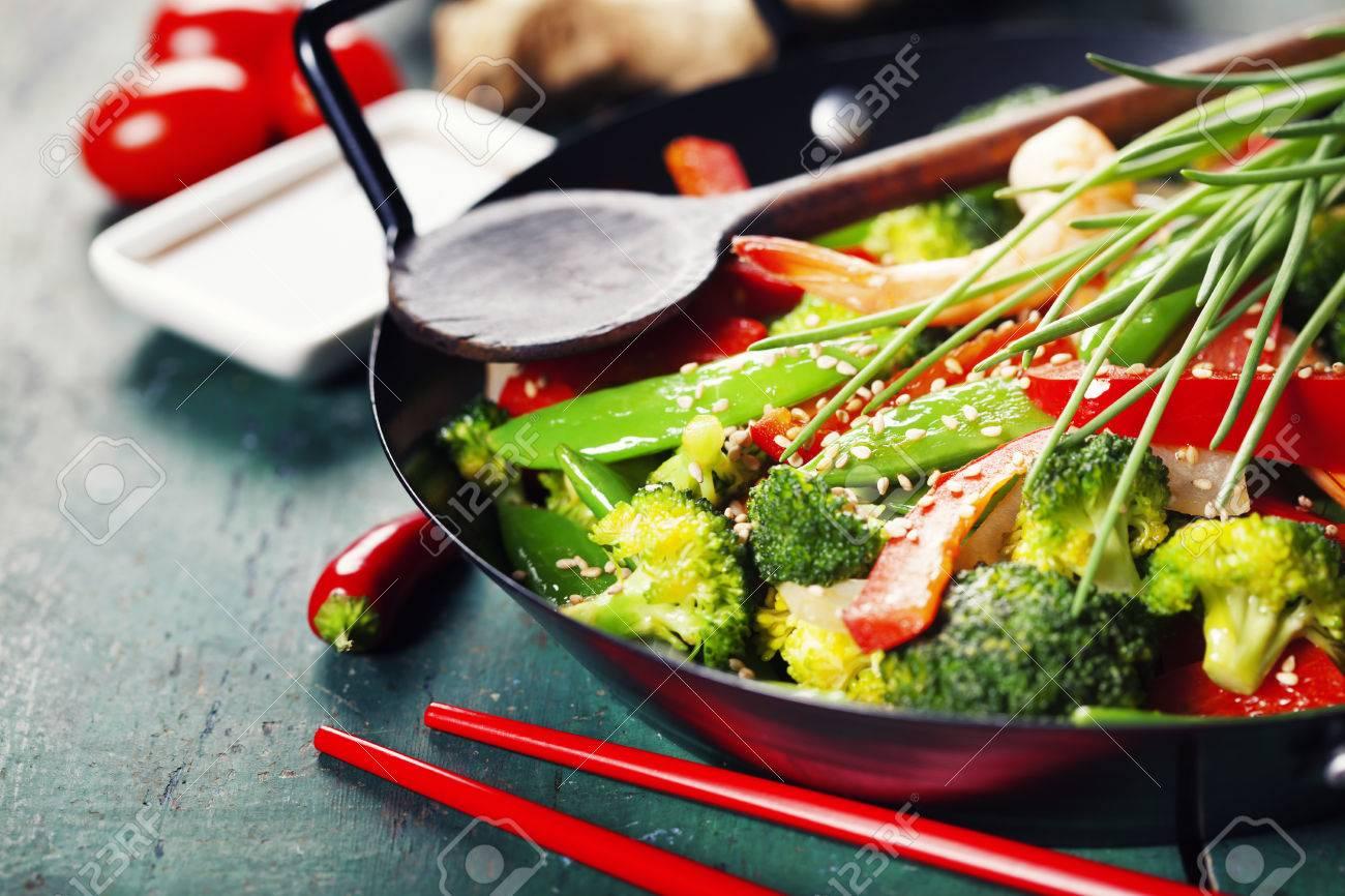 Chinesische Küche. Bunte Rühren Braten, In Einem Wok. Garnelen Mit ...