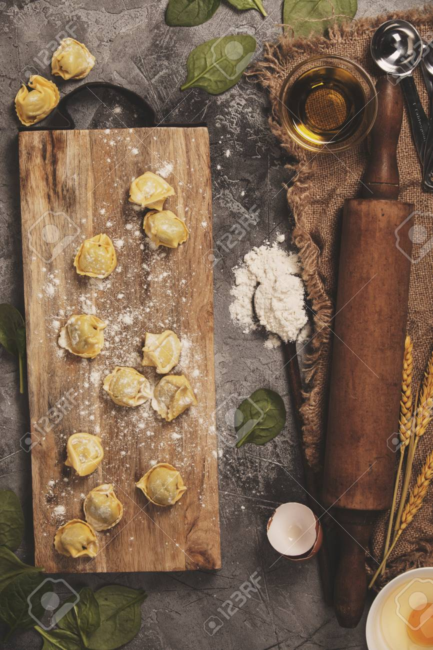 Draufsicht Auf Hausgemachte Pasta Ravioli Auf Alten Tisch Mit Zutaten Und Vintage Kuchenzubehor Lizenzfreie Fotos Bilder Und Stock Fotografie Image 81143497