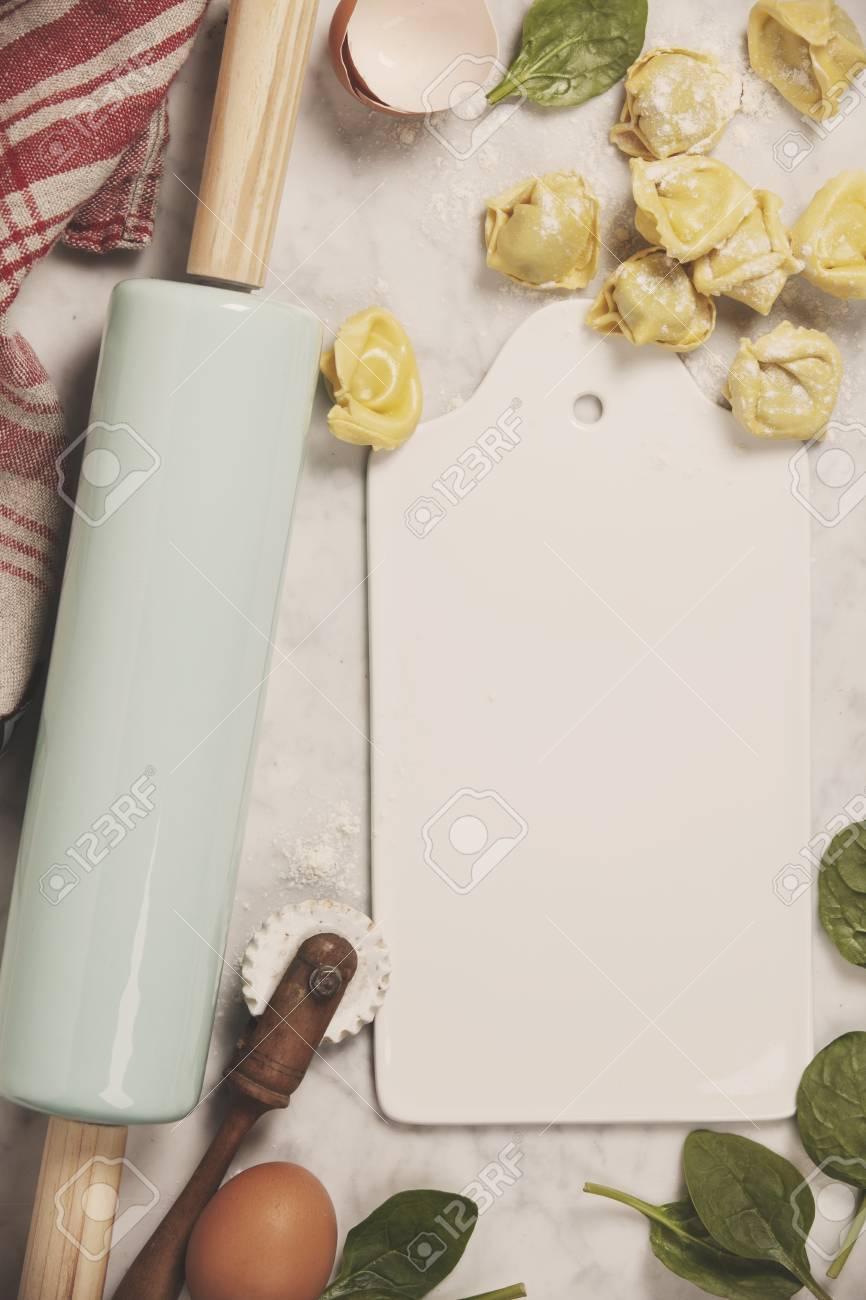 Draufsicht Auf Hausgemachte Pasta Ravioli Auf Alten Tabelle Mit Zutaten Und Vintage Kuchenzubehor Lizenzfreie Fotos Bilder Und Stock Fotografie Image 82679816