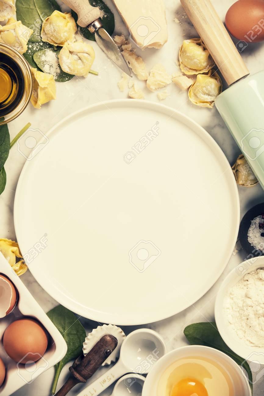Draufsicht Auf Hausgemachte Pasta Ravioli Auf Alten Tabelle Mit Zutaten Und Vintage Kuchenzubehor Lizenzfreie Fotos Bilder Und Stock Fotografie Image 82679817