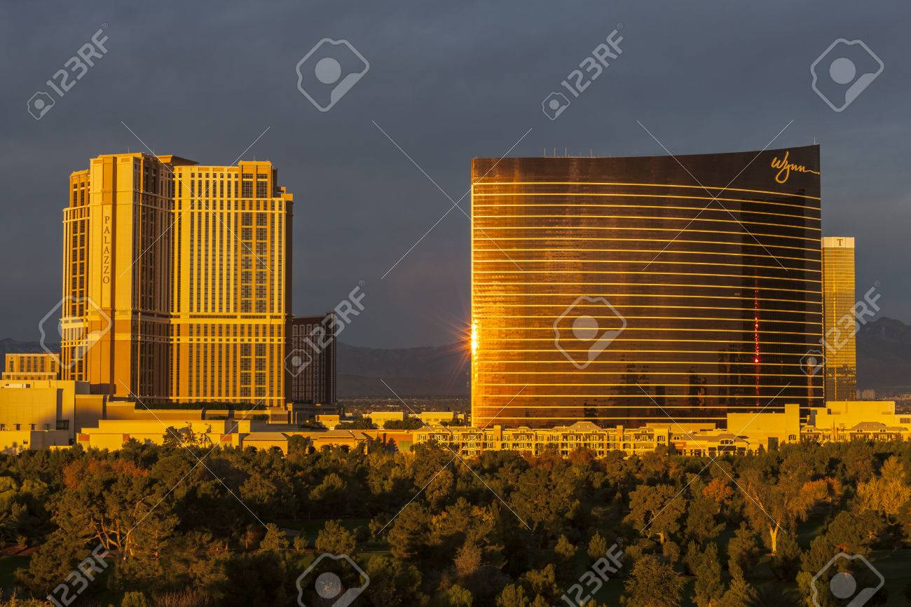 Dawn view of upscale Wynn and Palazzo hotel casino resorts on the Las Vegas strip.   Stock Photo - 24978287