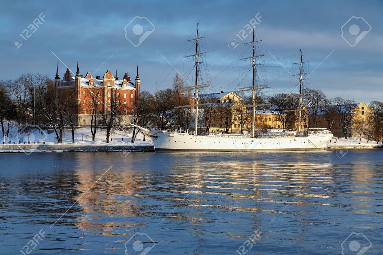 La Maison De La Suede stockholm, la maison de l'amirauté et le navire af chapman à l'île de  skeppsholmen en hiver, la suède