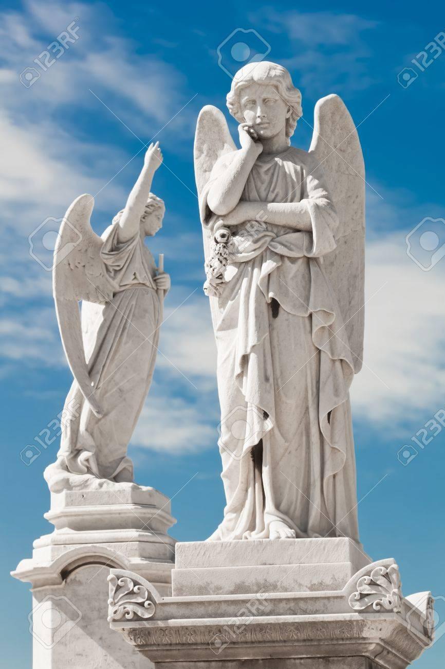 Dos ángeles Blancos Con Un Fondo De Cielo Hermoso Fotos Retratos