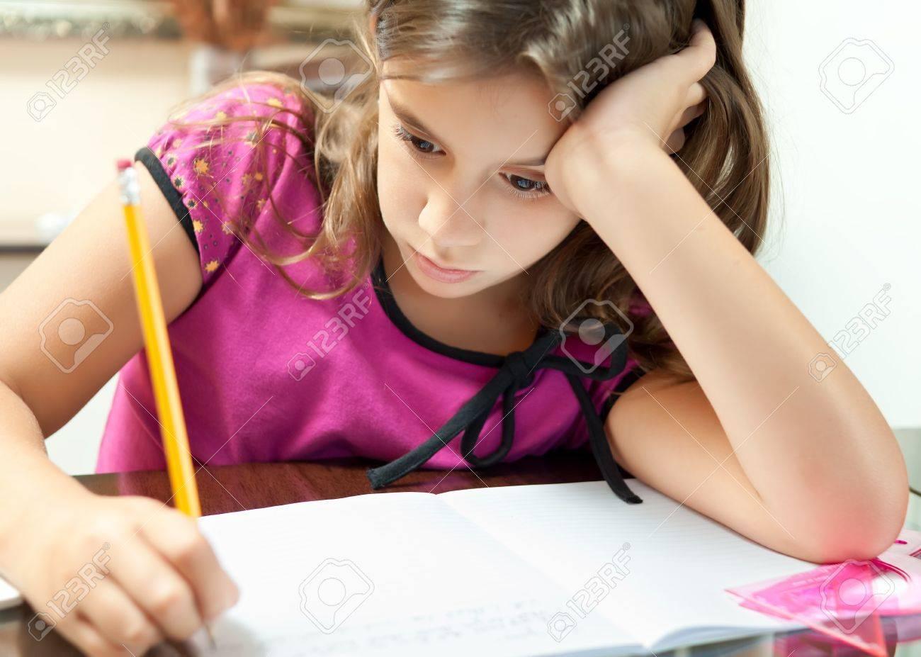 Kleines Mädchen Suchen Gelangweilt Während Der Arbeit An Ihrem ...