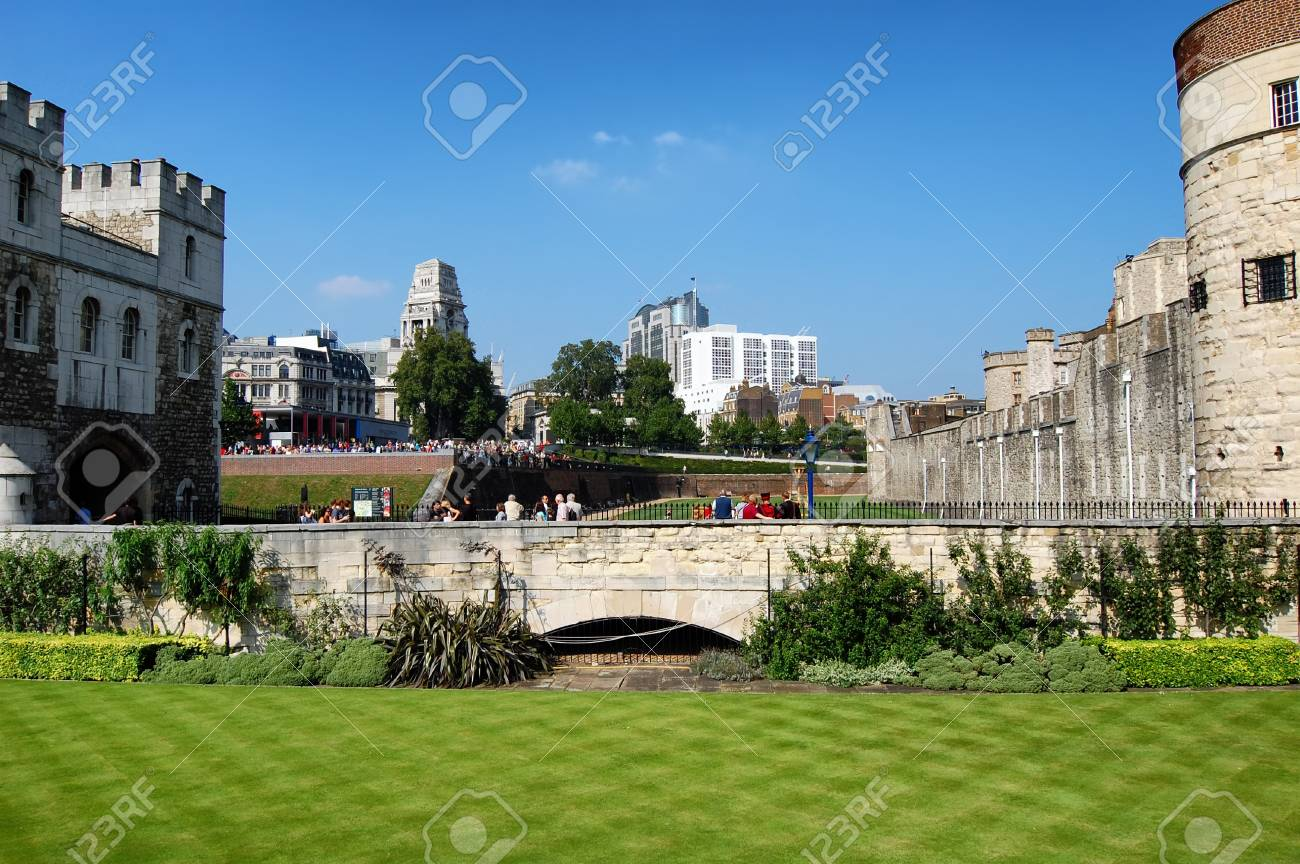 Visitors at the Tower of London Stock Photo - 14784305