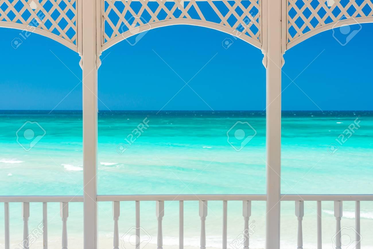 Terraza De Madera Romántica Con Una Vista De Una Playa Tropical En Cuba